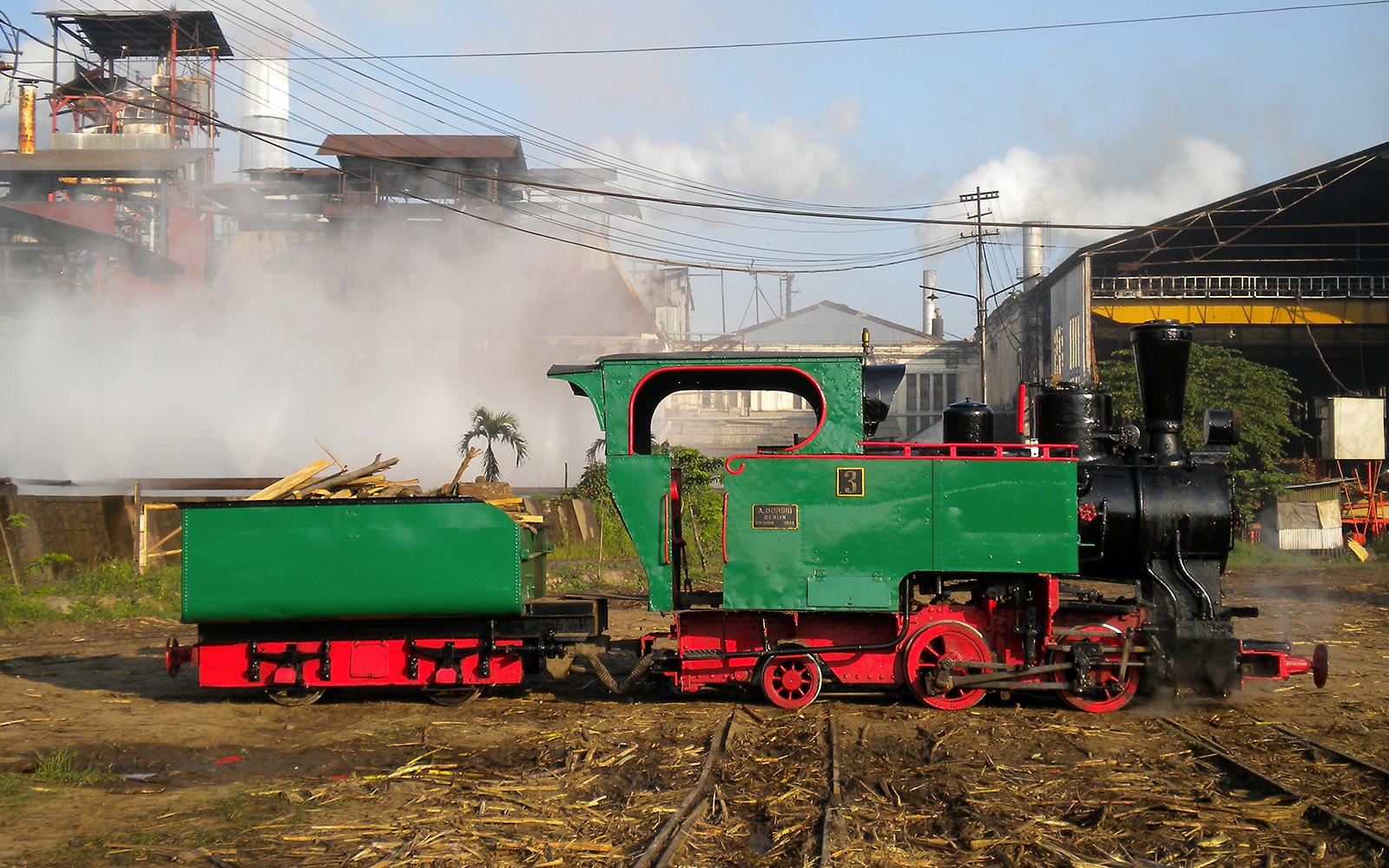 Foto: Die Oldies bringen das Zuckerrohr direkt in die Zuckerfabriken Javas. Fotografiert von railmen-Lokführer Steffen Mann.