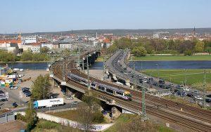 ©Foto: Philipp Böhme | Blick über die Elbe in Dresden mit einem Triebwagen der Städtebahn Sachsen.