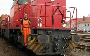 Railmen in Warnkleidung posiert auf Lok