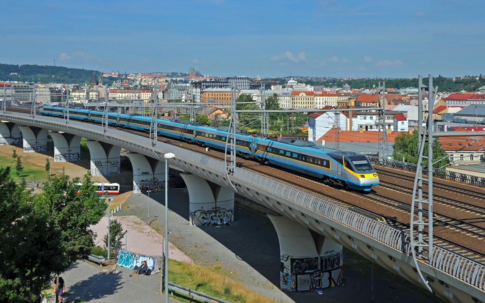 Foto: Die tschechische Eisenbahn ČD verwendet die Bezeichnung SuperCity Pendolino für die seit Dezember 2005 verkehrenden Schnellverbindungen zwischen Prag und Ostrava. Seit Dezember 2014 verbindet der railjet (in Zusammenarbeit mit der ÖBB) Prag mit Wien und Graz. SuperCity ist die schnellste und hochwertigste Zugkategorie der ČD. Der SuperCity: fotografiert von railmen-Lokführer Marcel Langnickel in Prag.