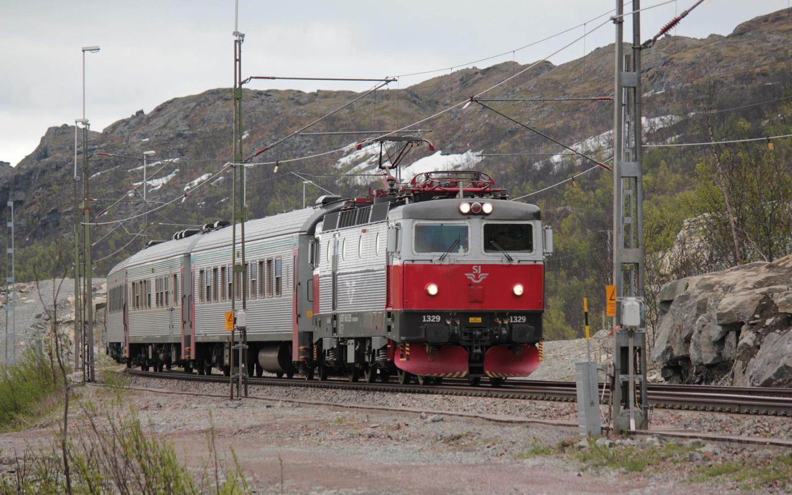 Foto: Schnellzug in Kiruna im Norden Schwedens. Fotografiert von railmen-Lokführer Christian Wodzinski auf einer lange Schwedenreise durch den nördlichsten Teil des Landes. Foto: Christian Wodzinski