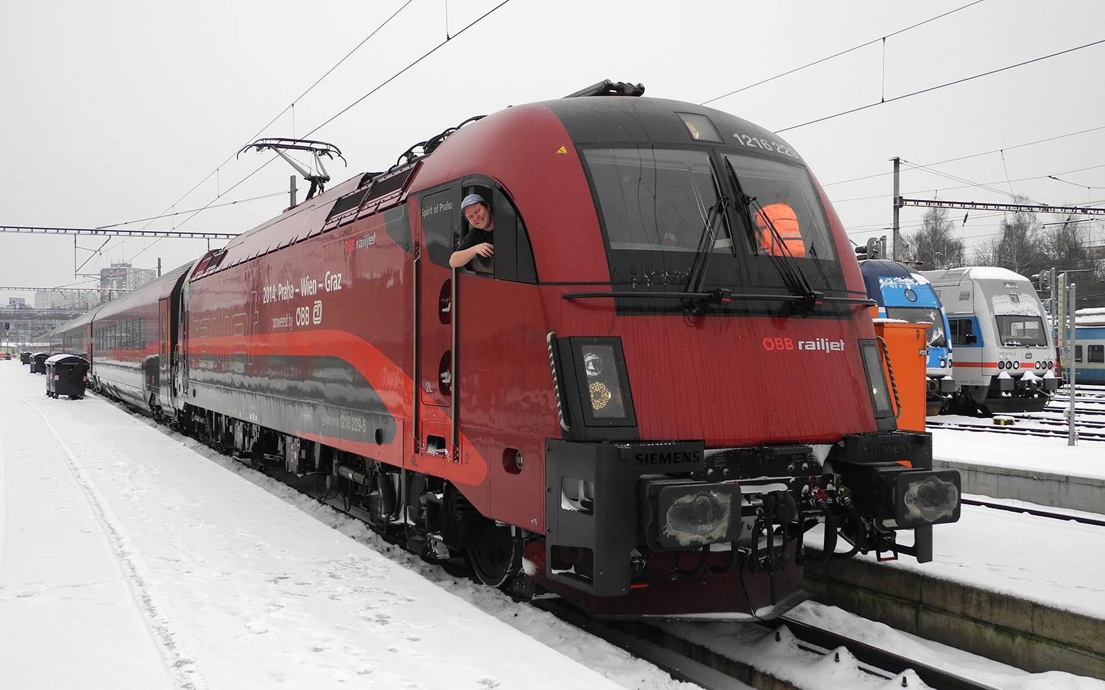 Foto: Einer der ersten railjet Lokführer der České dráhy, Jan Sova von der ČD Einsatzstelle Breclav, schaut mit Stolz aus seiner Lok, die Taurus 1216 229-5, gebaut 2006 von SIEMENS für die ÖBB. Die Lok wurde 2013 eigens für railjet Einsätze umgerüstet auf die tschechischen Zugsicherungssysteme und eine neue farbliche Gestaltung bekommen. Es handelt sich um eine Taurus 3 mit 6400 kW Leistung und 230 km/h Höchstgeschwindigkeit. Aufgenommen wurde das Foto in Prag im Depot ONJ-odstavné nádraží jih. Jan Sova ist einer der privilegierten railjet Lokführer in Tschechien und fährt täglich railjet Züge und EC Züge zwischen dem Grenzbahnhof Břeclav und Prag, sowie rund um Přerov und Breclav Nahverkehszüge und Dieseltriebwagen. Text und Foto: railmen-Lokführer Jan Krehl