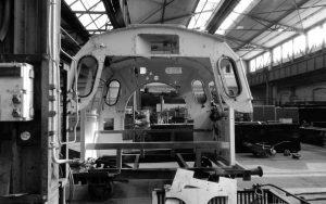 Auseinandergebautes Führerhaus einer Regelspur-Dampflokomotive im Werk
