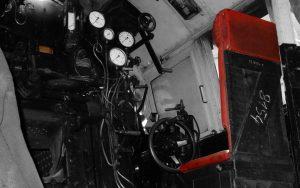 Blick in den Führerstand einer alten Dampflok - Regler, Steuerung, Bremse, ...