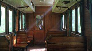 Zugpersonal in historischem Personenwagon