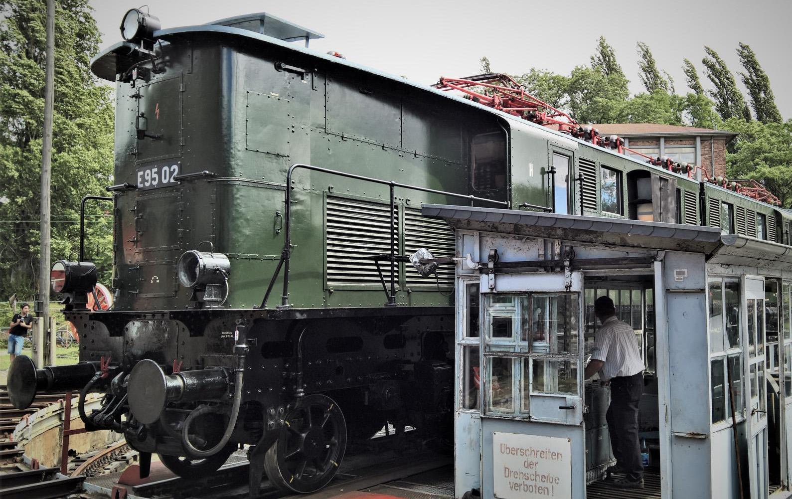 ©Foto: Christian Wodzinski | railmen | Güterzuglokomotive E95 02 | BJ 1927 | Auf der Drehscheibe vom DB Museum Halle