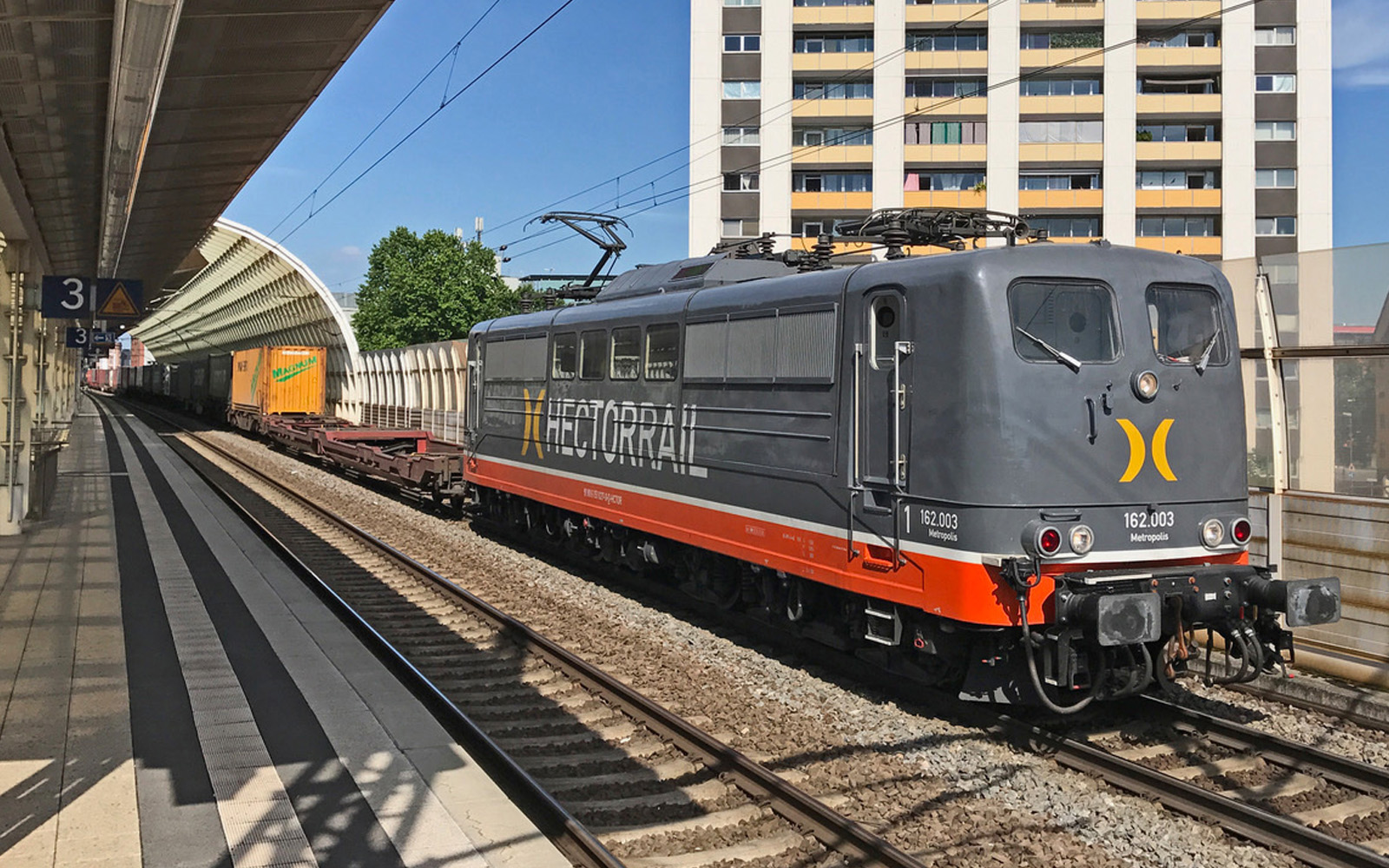 Hector Rail passiert Bahnhof