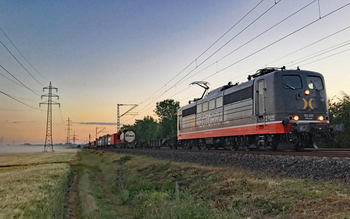 Hector Rail Güterzug unterwegs durch Flur und Feld