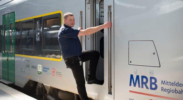 Railmen Henrik Friedrich steigt in Triebwagen der MRB
