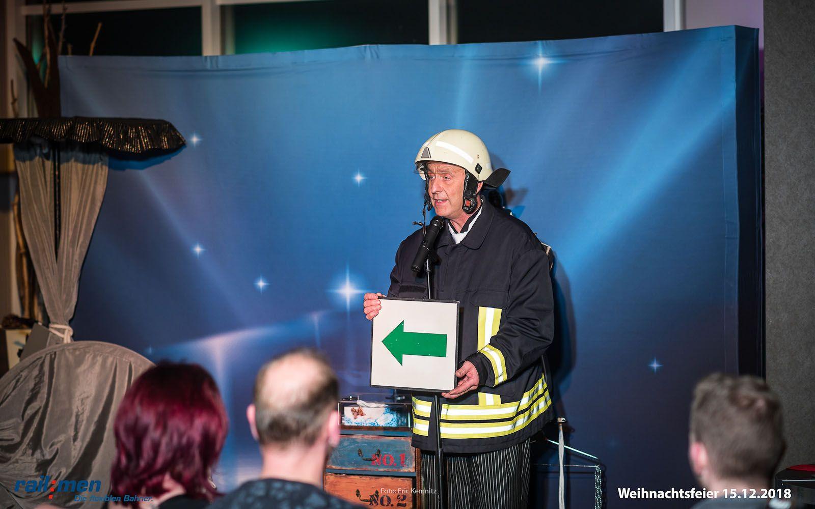 Kabarett-Akt zur Railmen Weihnachtsfeier 2018 mit Feuerwehrmann