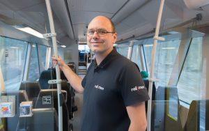 Lokführer Jan Krehl steht im Fahrgastraum des Coradia Lint von ALSTOM.