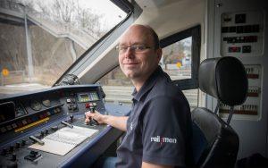 Railmen-Lokführer Jan Krehl sitzt im Führerstand eines Coradia Lint der Mitteldeutschen Regiobahn.