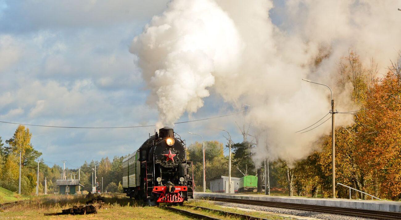 Historische Dampflok L-3958 bläst Dampf in die Luft