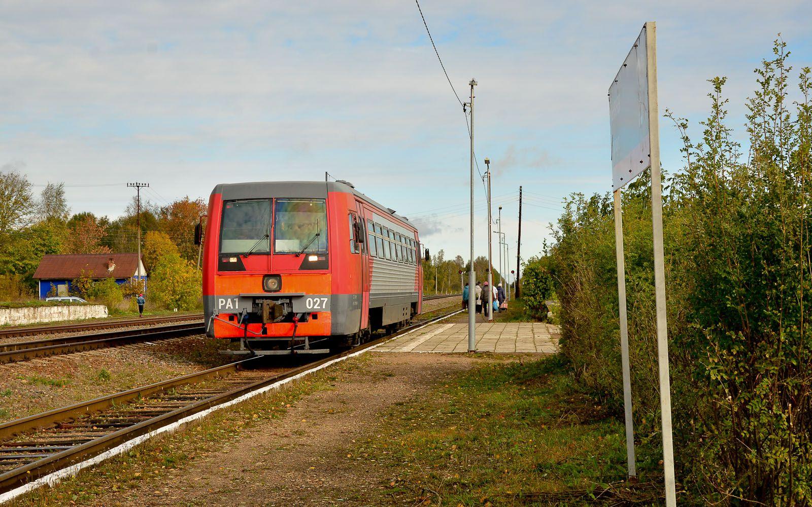 ©Foto: railmen Steffen Mann | Moderner Nahverkehr: PA1-027 mit Personenzug im Land-Bf (Strecke Torschok-Rzev) | 29.09.2018