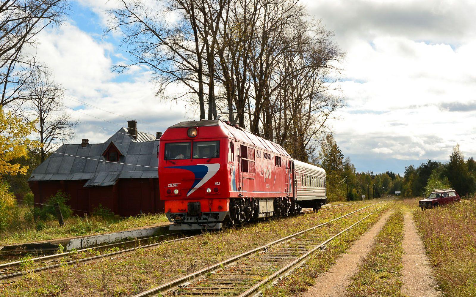 ©Foto: railmen Steffen Mann | An der Nebenstrecke Torschok-Ostraschkow gibt es 2 Bahnhöfe mit mechanischen Formsignalen und hölzernen Bahnhofsgebäuden. 2 x in der Woche fährt ein Personenzug-Paar (Fr und So hin und Sa und Mo zurück).