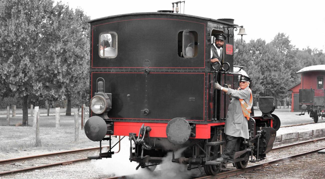 Kleine zweiachsige Dampflokomotive 17 mit der Fabriknummer 5200 beim Andocken.