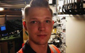 Selfie des Railmen Lokführers Marcel Hesse in Warnweste in Technikraum