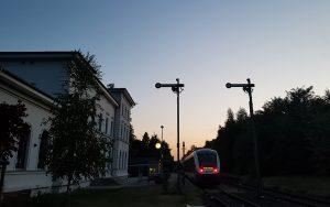 Nachtaufnahme eines Bahnhofs im Harz mit Erixx