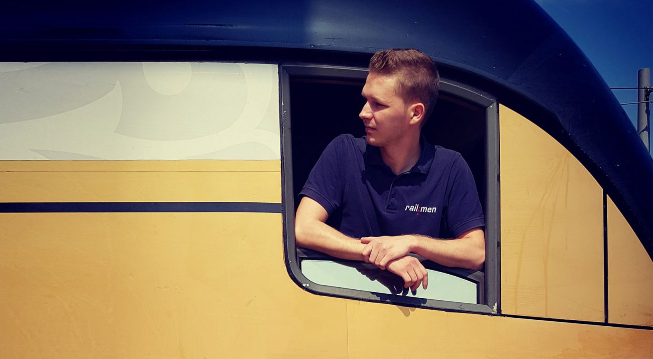Triebfahrzeugführer schaut aus dem Fenster seines Führerstandes
