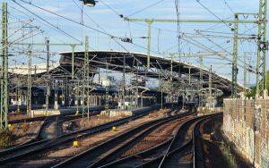 Der Hauptbahnhof von Erfurt mit seinem markant gebogenem und schräg gestellten Dach aus der Sicht eines Zugführers bei der Einfahrt