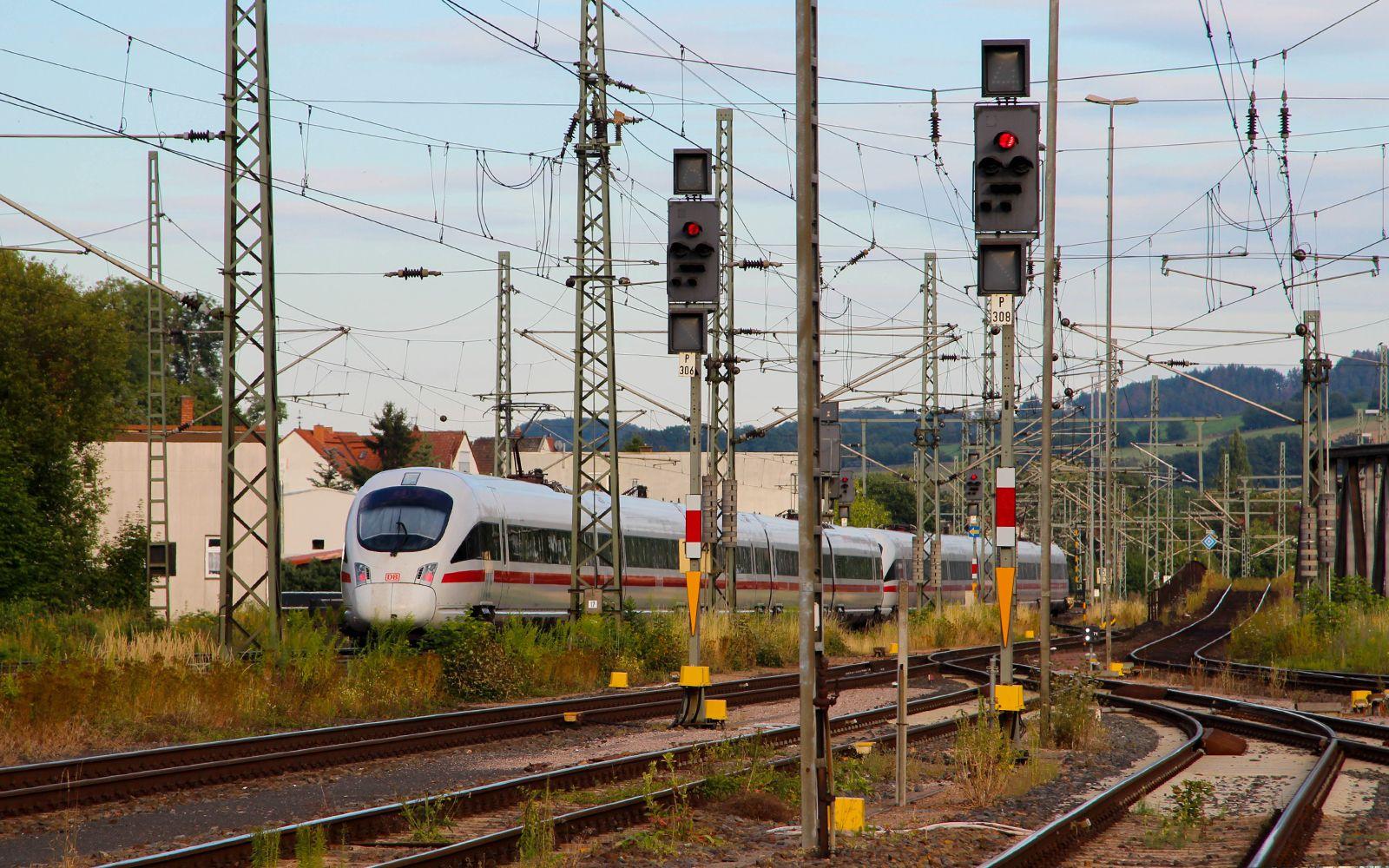 ©Foto: Denis Herwig | railmen | Lokführer im Dienst für InfraLeuna | ICE schlängelt sich durch das Schienennetz bei Eisenach | Zugüberholung