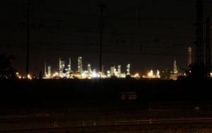 Hell beleuchtete Leuna Raffinerie bei Nacht