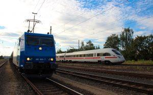 ICE der Deutschen Bahn überholt Gütertransport mit Kesselwagen bei Eisenach