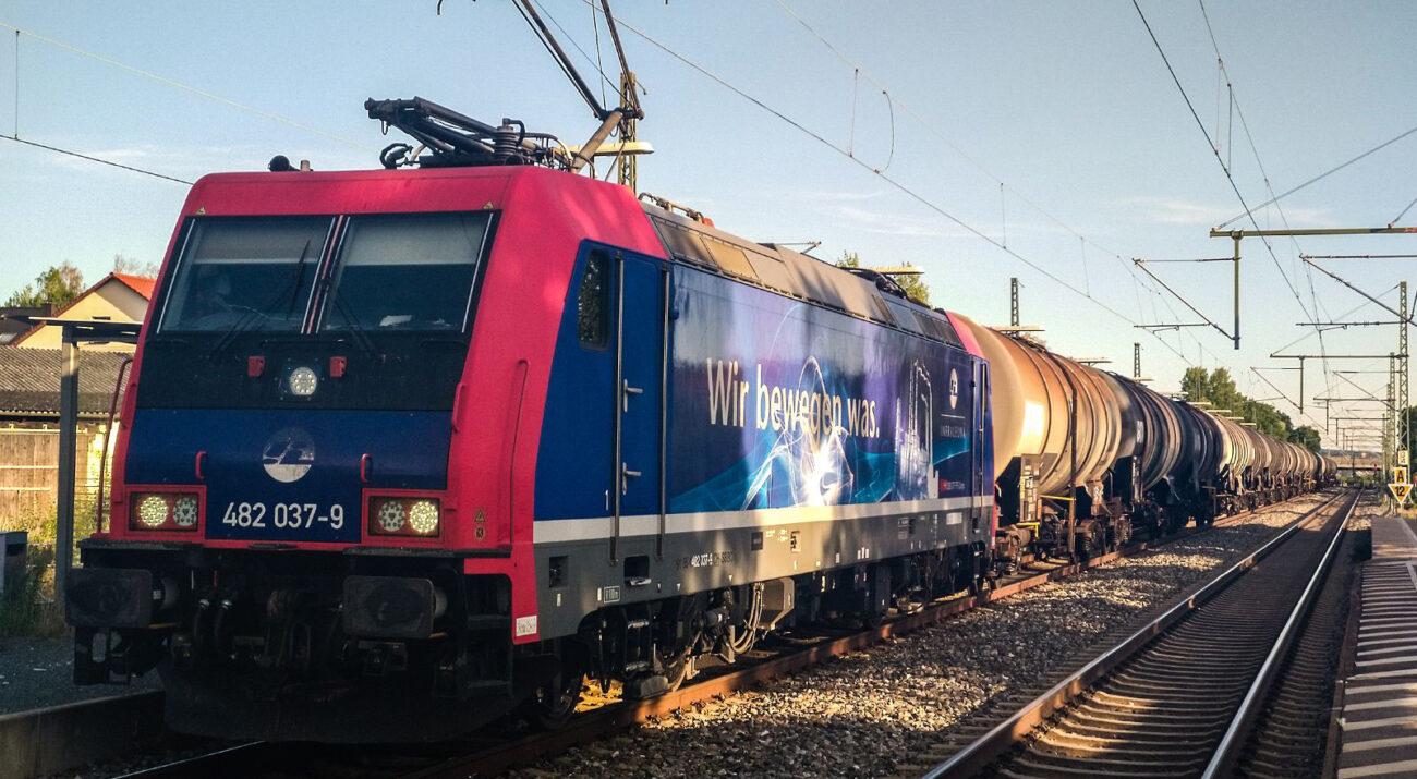 InfraLeuna - Gütertransport mit vielen Kesselwagen macht Zwischenstopp in Hallstadt wegen Zugüberholung | Baureihe 482