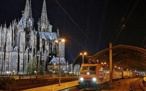 Güterzüge im Kölner Hauptbahnhof sind zwar Nachts öfters zu sehen, für mich jedoch war es das erste Mal und so habe ich den Halt zum Feierabend genutzt, um ein Foto des Zuges der SBB Cargo zu Füßen des Kölner Doms aufzunehmen.