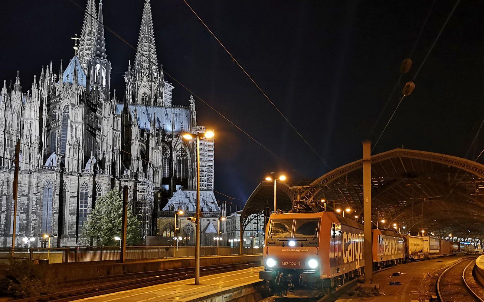 ©FOTO: RAILMEN-LOKFÜHRER ANDRÉ ROSENDAHLGüterzüge im Kölner Hauptbahnhof sind zwar Nachts öfters zu sehen, für mich jedoch war es das erste Mal und so habe ich den Halt zum Feierabend genutzt, um ein Foto des Zuges der SBB Cargo zu Füßen des Kölner Doms aufzunehmen.