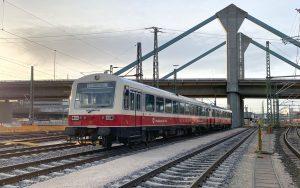Eine rote Bahn der Schwäbischen Alb-Bahn auf dem Hauptbahnhof in Ulm.