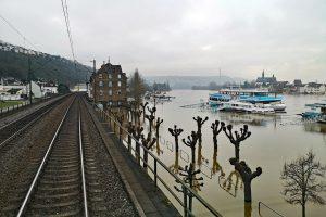 Hochwasser mit überschwemmten Hafen von Vallendar, einer Kleinstadt am rechten Ufer des Mittelrheins, südwärts fahrend.