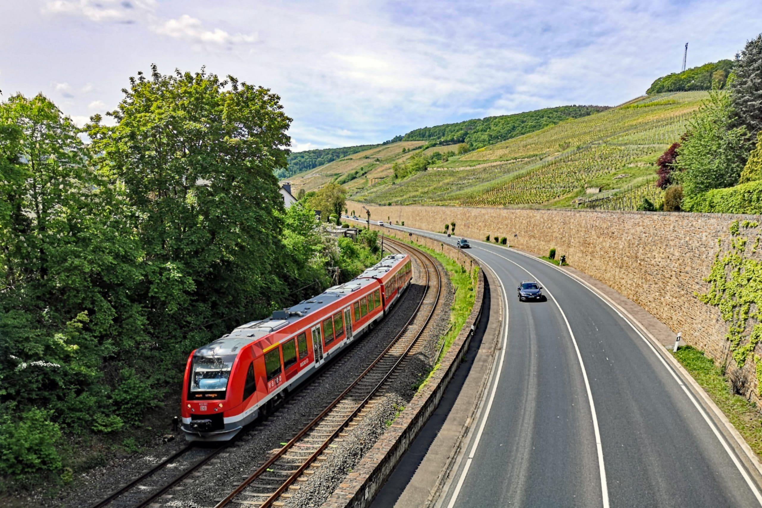 ©Foto: André Rosendahl | railmen | Entlang der Weinberge: Die Ahrtalbahn zwischen Ahrbrück und Remagen. Hier fährt der Zug von DB Regio gerade an der Altstadt von Ahrweiler vorbei.