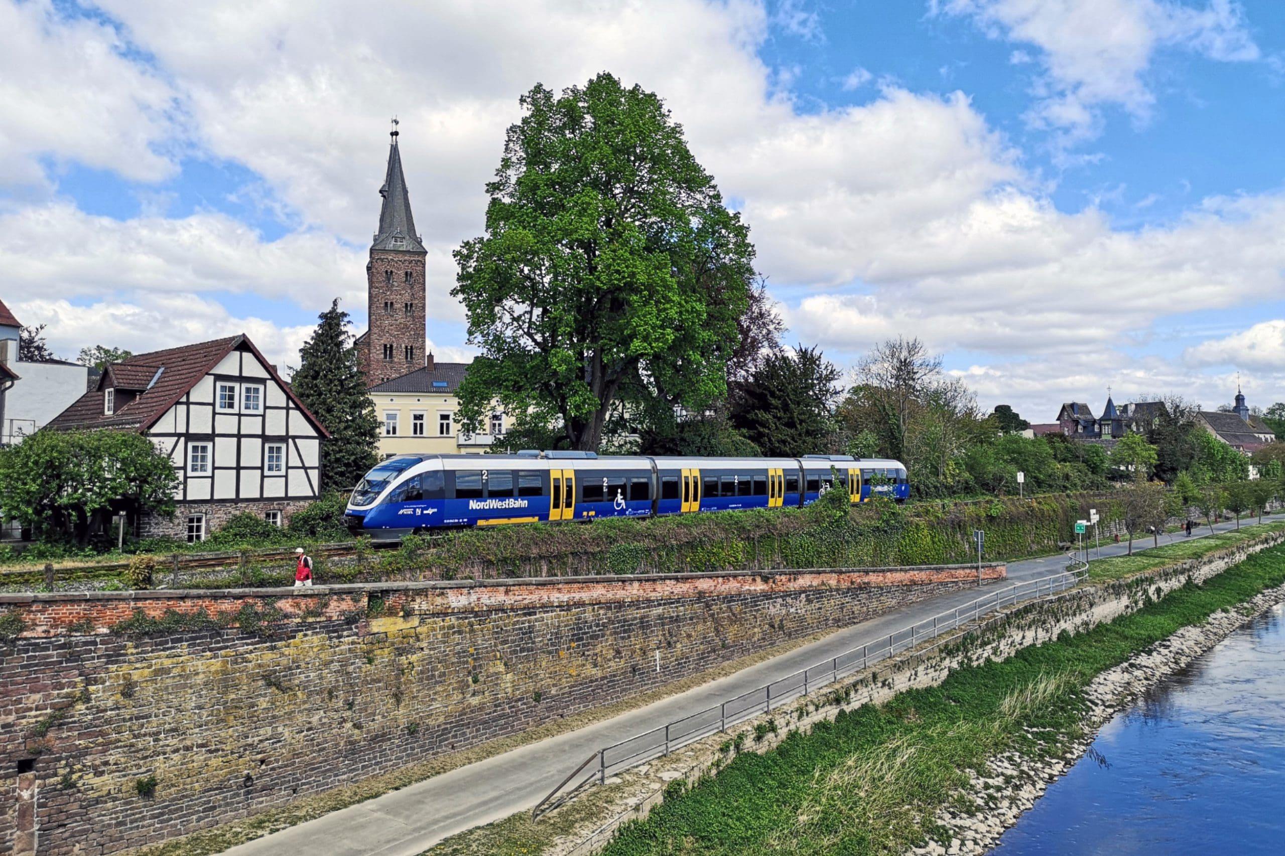 ©Foto: André Rosendahl | railmen | Nordwestbahn (NWB): Zu Besuch in Höxter. Im Vordergrund ist die Weser zu sehen und der Zug befindet sich auf dem Weg von Holzminden nach Paderborn.