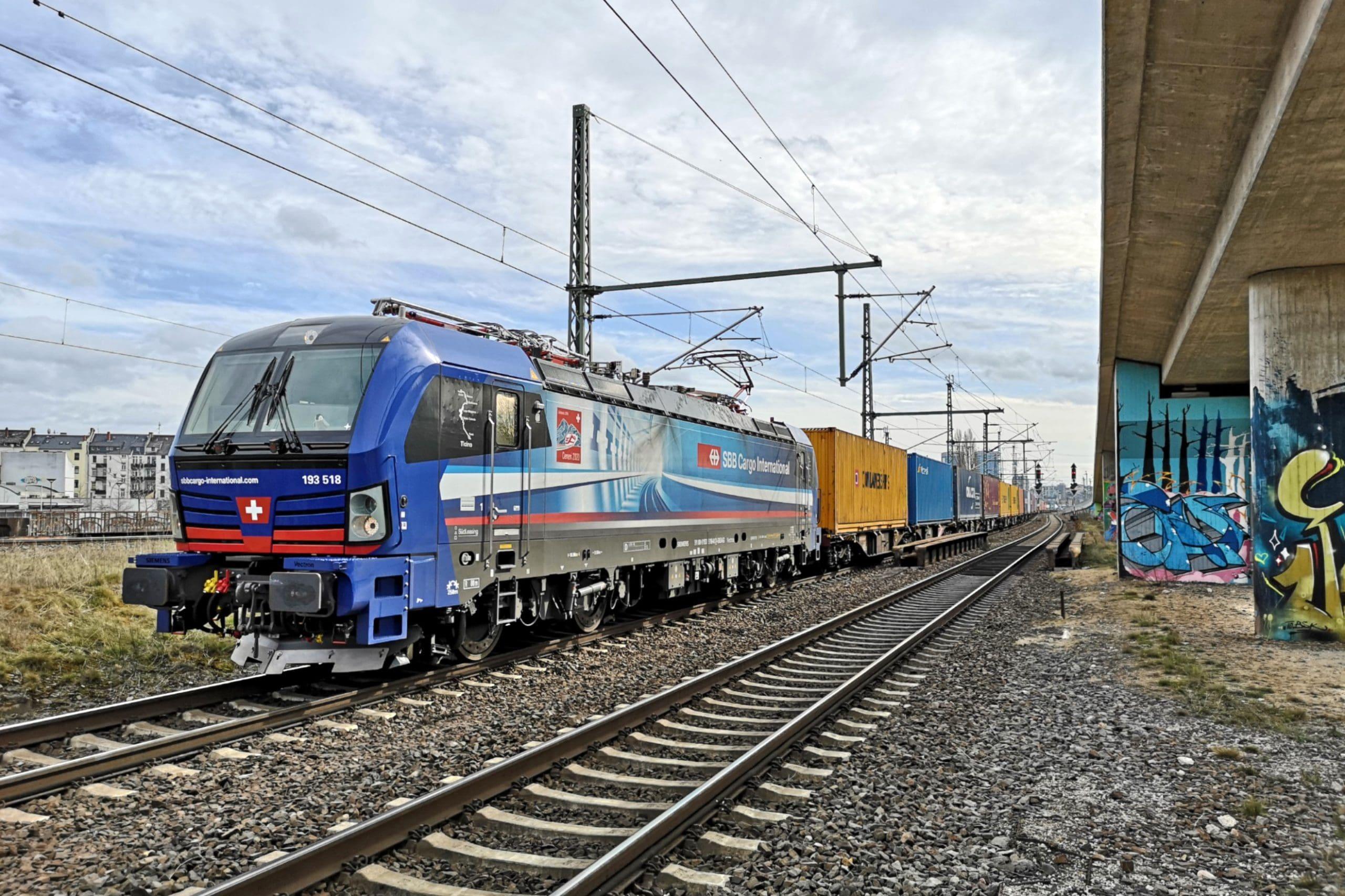 ©Foto: André Rosendahl | railmen | SBB in Mainz Hauptbahnhof. Die Beklebung der Lok macht auf die Eröffnung des 22,6 km langen Ceneri-Basistunnel im Schweizer Kanton Tessin aufmerksam.