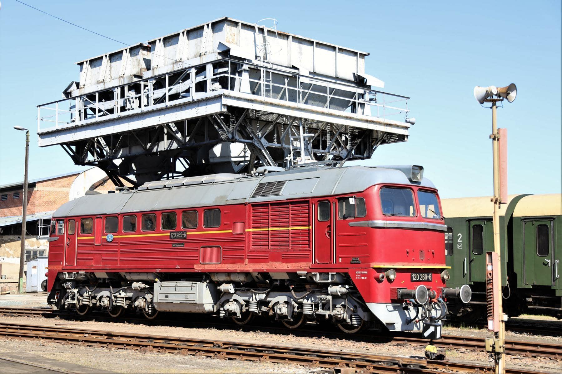 ©Foto: Christian Wodzinski | railmen | Dieselelektrische Lokomotive unter dem Hochbunker im Sächsischen Eisenbahnmuseum Chemnitz-Hilbersdorf