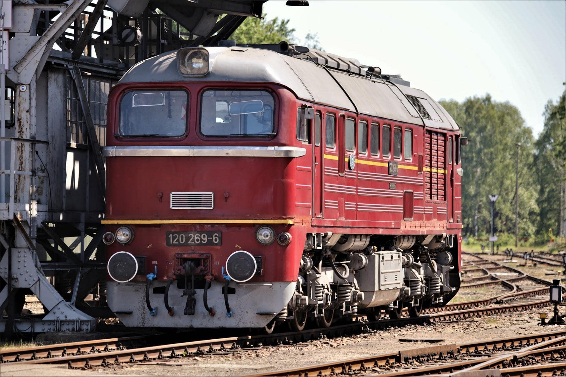 ©Foto: Christian Wodzinski | railmen | Eine Güterzuglokomotive der Baureihe 120 unter dem Hochbunker – gebaut 1969 in Lugansk
