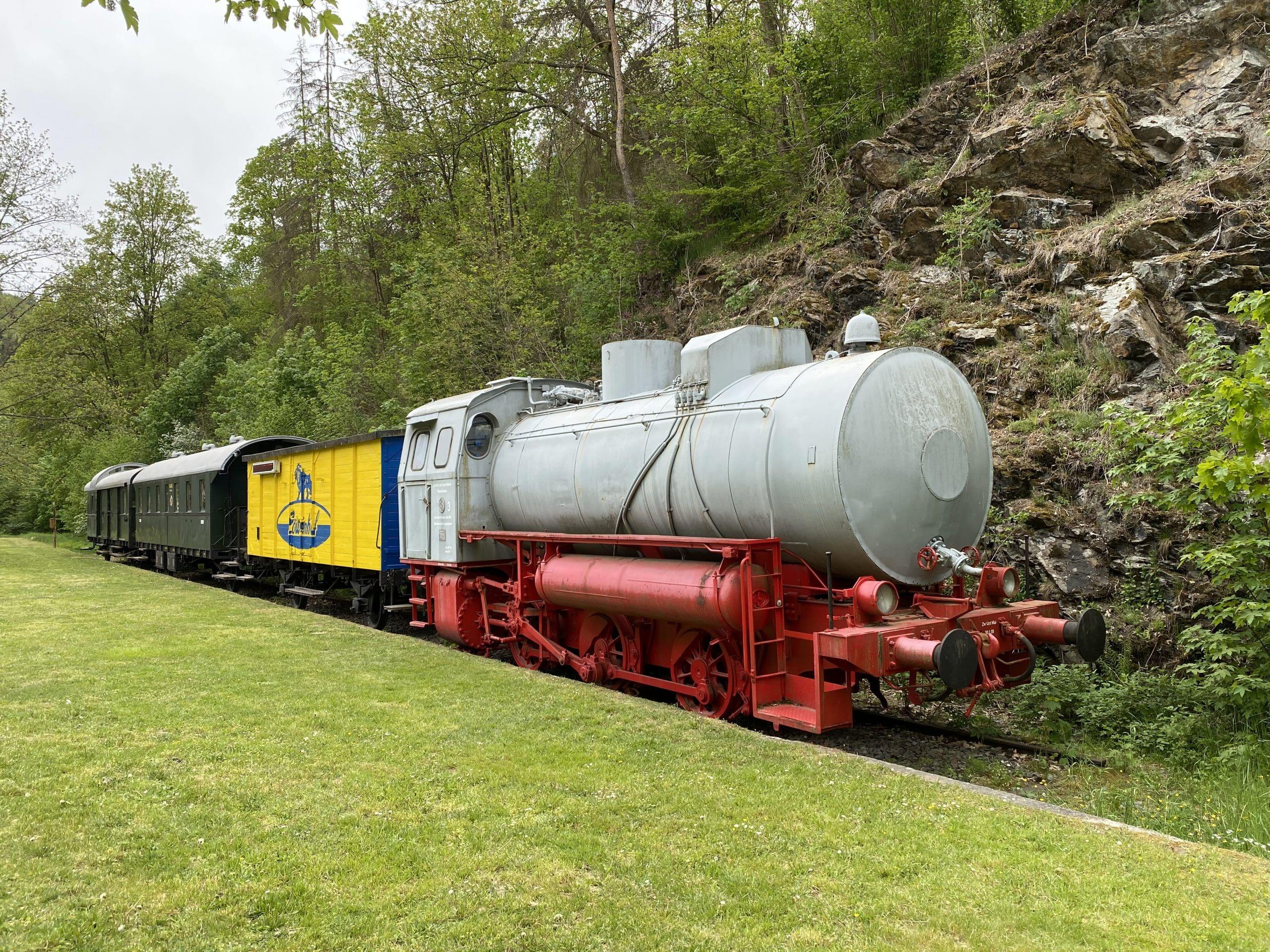©Foto: Jan Krehl | railmen | Diese 1969 in Babelsberg gebaute Dampfspeicherlokomotive steht vor dem Bahnhof Lichtenberg, dem heutigen Informationszentrum zum Naturpark Frankenwald, welcher im Höllental liegt.