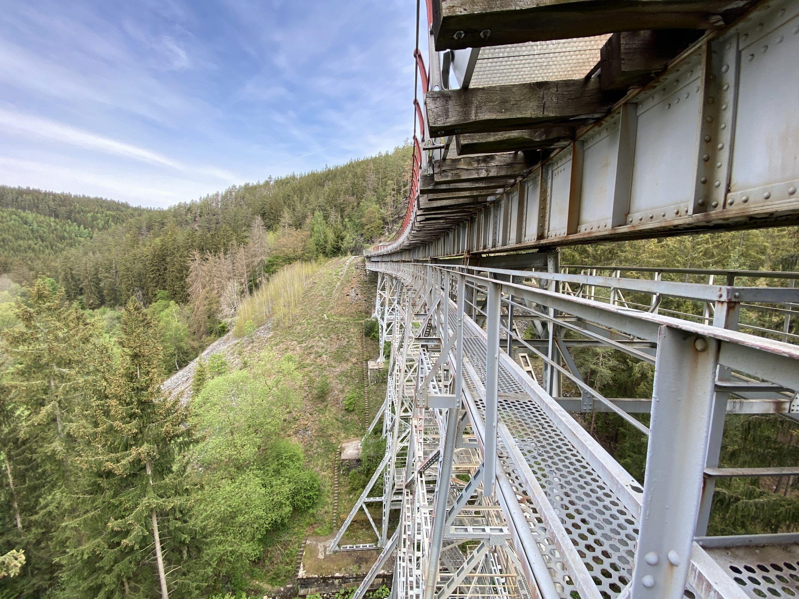 ©Foto: Jan Krehl | railmen | Die Ziemestalbrücke ist ein Stahlviadukt mit 115m Länge und 32m Höhe. Es liegt in einem Gleisbogen mit einem Radius von 193m und hat 2 Promille Gefälle. Der klassische Eisenbahnverkehr ist seit vielen Jahren eingestellt. Ein Verein kämpft derzeit für die Wiederinbetriebnahme der Strecke und Brücke.