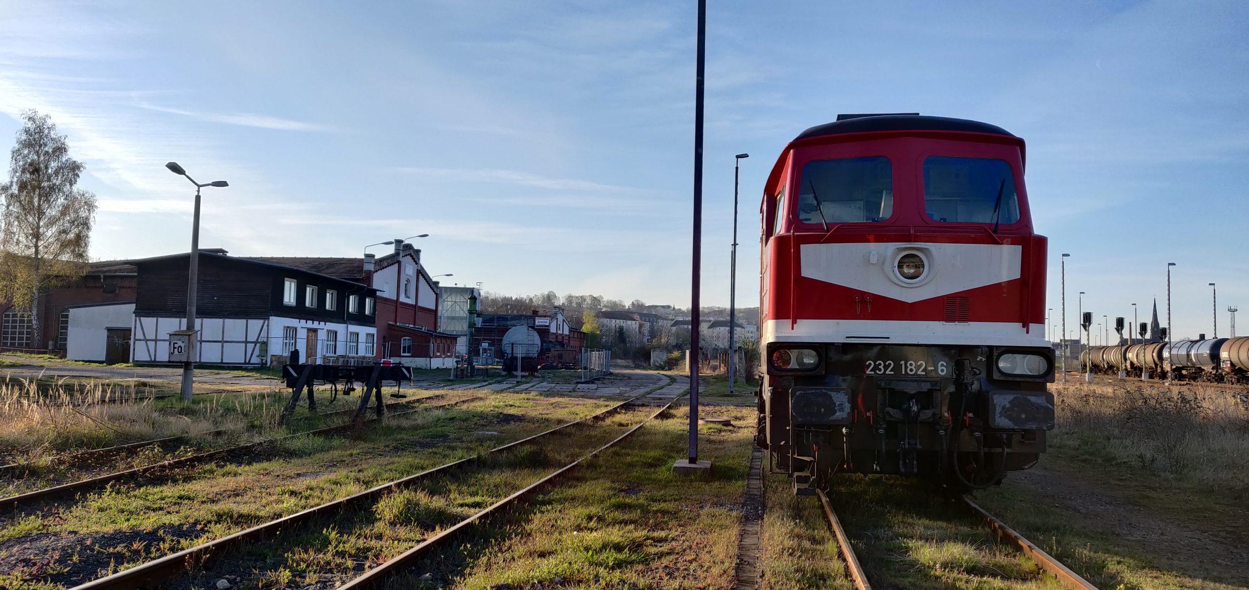 ©Foto: Christian Wörpel | railmen | Die BR232 182-6 in Gera Gbf am Museum Gera.Die Lok wurde 1975 an die DR ausgeliefert und lief bis 2009 bei DB Cargo bis sie Z-gestellt wurde. 2014 kaufte die LEG die Lok und arbeitet sie wieder auf. Seitdem ist sie im Raum Leipzig wieder unterwegs.