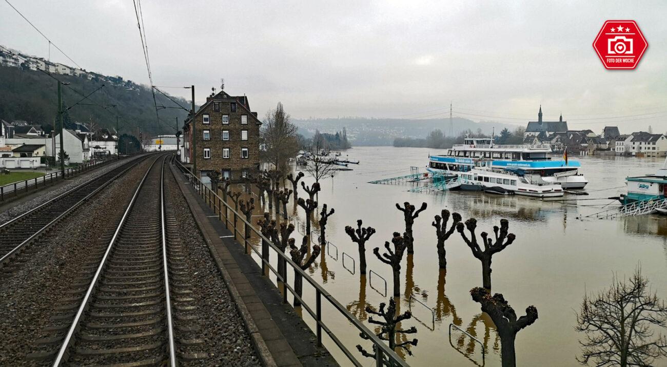 Überschwemmter Hafen von Vallendar, einer Kleinstadt am rechten Ufer des Mittelrheins, südwärts fahrend.