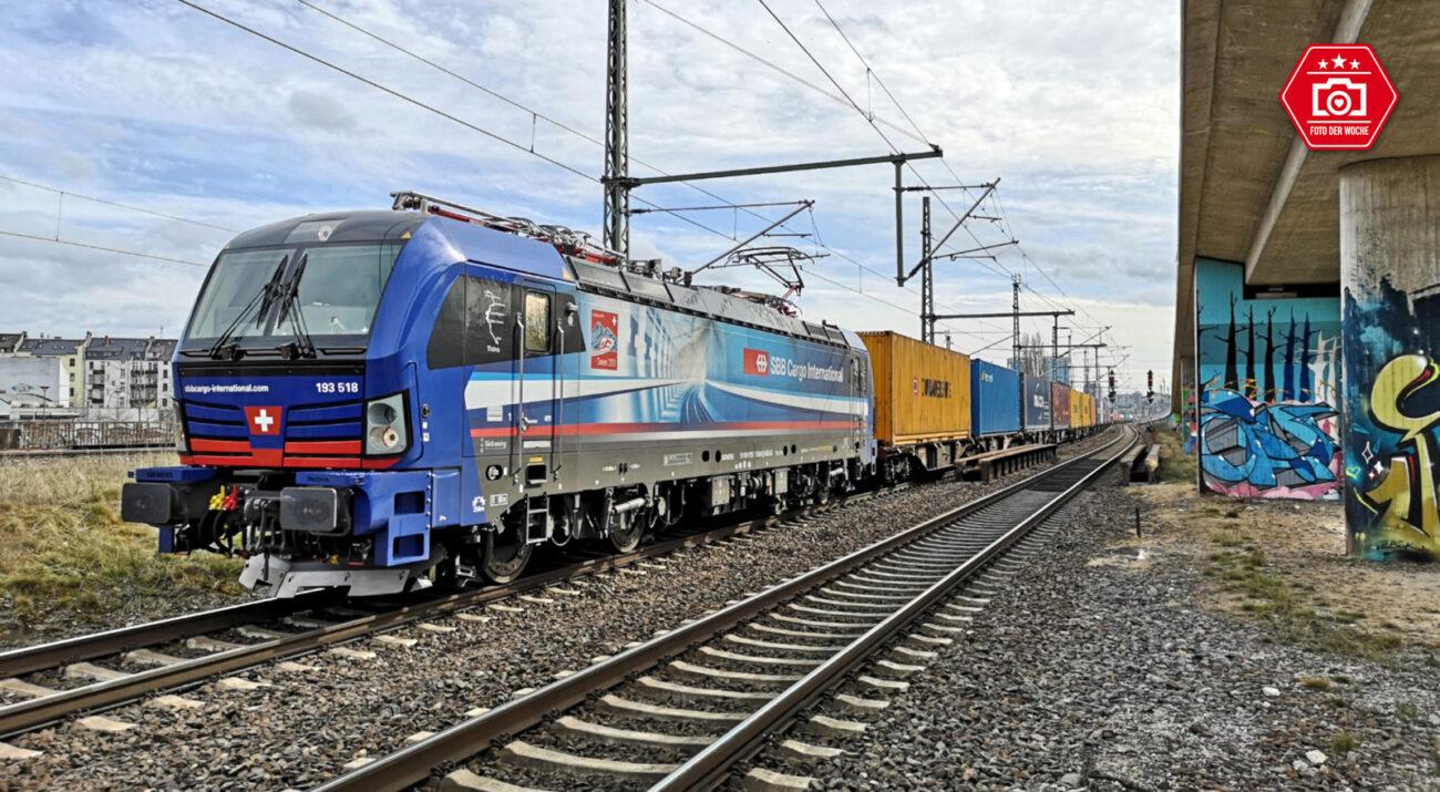 SBB in Mainz Hauptbahnhof. Die Beklebung der Lok macht auf die Eröffnung des 22,6 km langen Ceneri-Basistunnel im Schweizer Kanton Tessin aufmerksam.