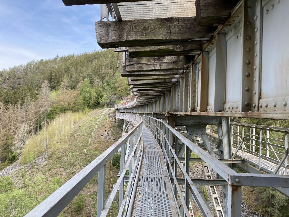 ©Foto: Jan Krehl | railmen | Wanderweg über die Ziemestalbrücke im Thüringer Schiefergebirge