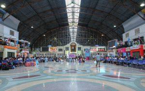 Große Halle des Bahnhofs von Bangkok