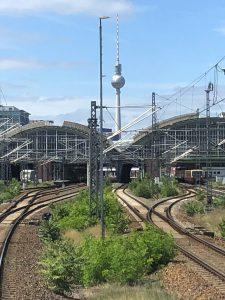 ©Foto: Andreas Kern | railmen | Gleisführung am Ostbahnhof Berlin aus Richtung Ostkreuz mit dem Berliner Fernsehturm im Zentrum