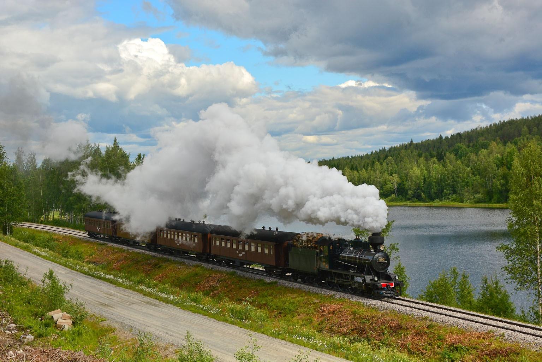 ©Foto: Steffen Mann | railmen | Finnland 2019 | Dampflok Hr3 995 2´c h2 Lokomotive 137/1941 mit Personen-Zug an einem See Kohtavaara
