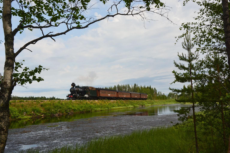 ©Foto: Steffen Mann | railmen | Finnland 2019 | Dampflok Hr3 995 2´c h2 Lokomotive 137/1941 mit P-Zug an einem See in Vuokatti