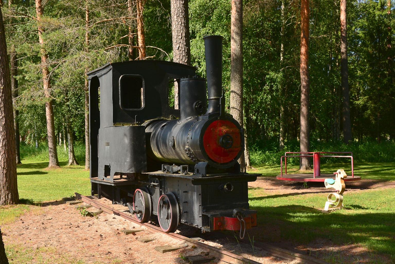 ©Foto: Steffen Mann | railmen | Finnland 2019 | Kinderspielplatz auf dem Geländer der Museumsbahn von Nykarteby Jernväg in Kovjoki