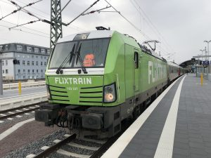 ©Foto: railmen Lokführer Jan Krehl im Vectron (Baureihe 193) bespannten Flixtrain beim Zwischenstopp am Bf Halle/Saale