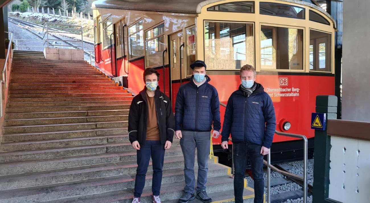©railmen | Gruppenbild railmen-Azubis (von li. nach re.: Tim Allgaier, Florian Zierau, Konstantin Kirsch) an der Talstation der Oberweißbacher Berg- und Schwarzatalbahn